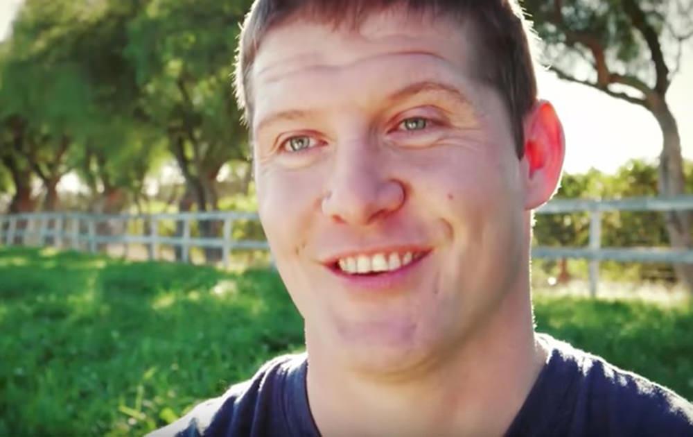 Chris Nació Sin Brazos Ni Piernas Trabaja En Una Granja E