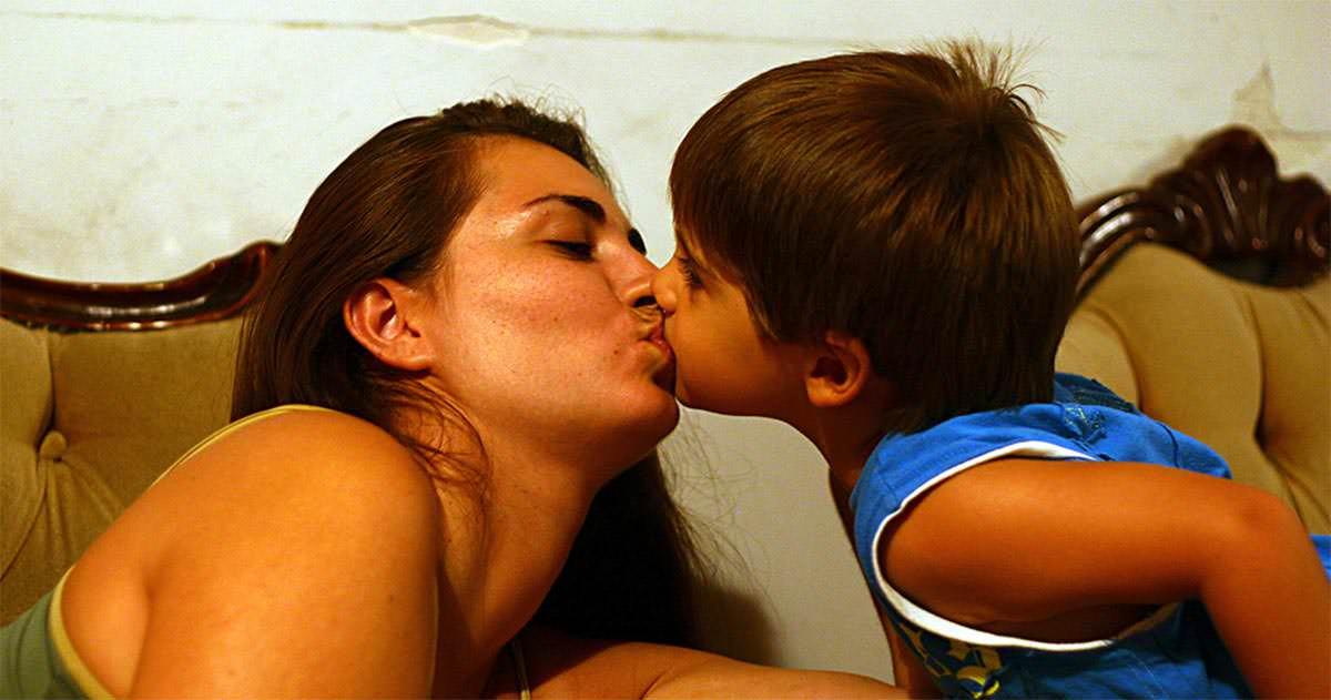 ¿besar a los hijos?
