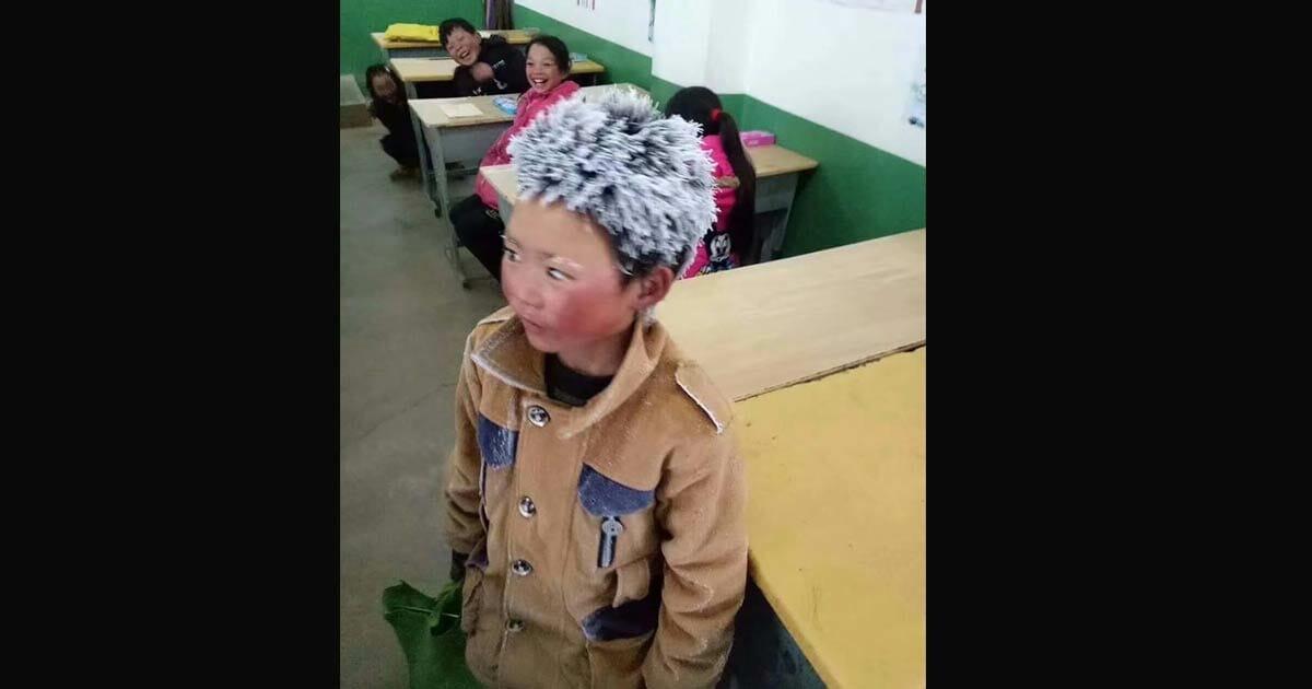 niño con pelo congelado