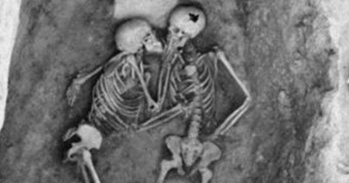 couple is buried alive 2 800 years later they re dug up and