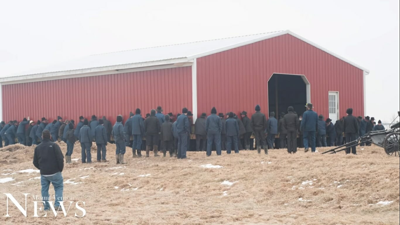 Amish A Secret Life Nederlands.200 Amish Men Lift Barn With Bare Hands And Move It To New