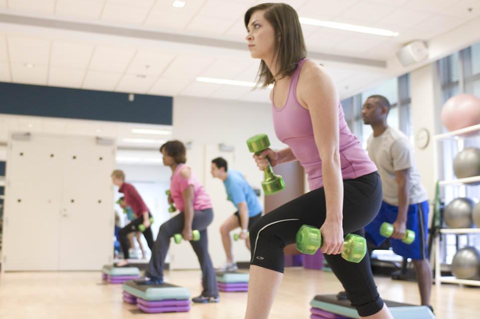 Kvinna som styrketränar