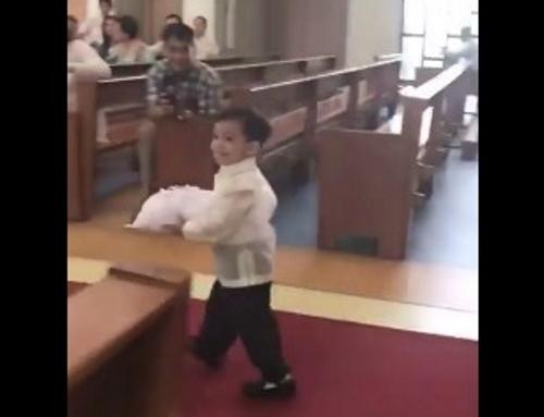 Liten ringbärare går försiktigt i kyrkan – men titta nu när han når altaret och chockar alla