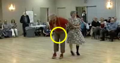 Äldre par dansar