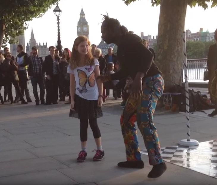 Gatuartisten tar tag i 9-årig turistflicka från Sverige – sekunder senare drar alla åskådare efter andan