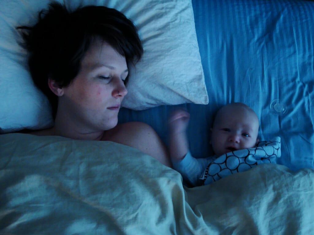 mamma sover med bebis