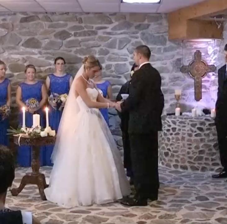 Bruden ser makens ex på bröllopet: Avbryter allt och tvingar henne att resa sig