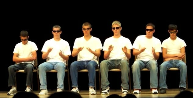 6 pojkar radar upp sig på scen: Då knäpper han till vänster med fingrarna och förändrar allt