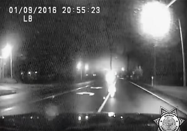 Polisen kör på motorvägen när märklig figur närmar sig – tittar närmare och får kalla kårar