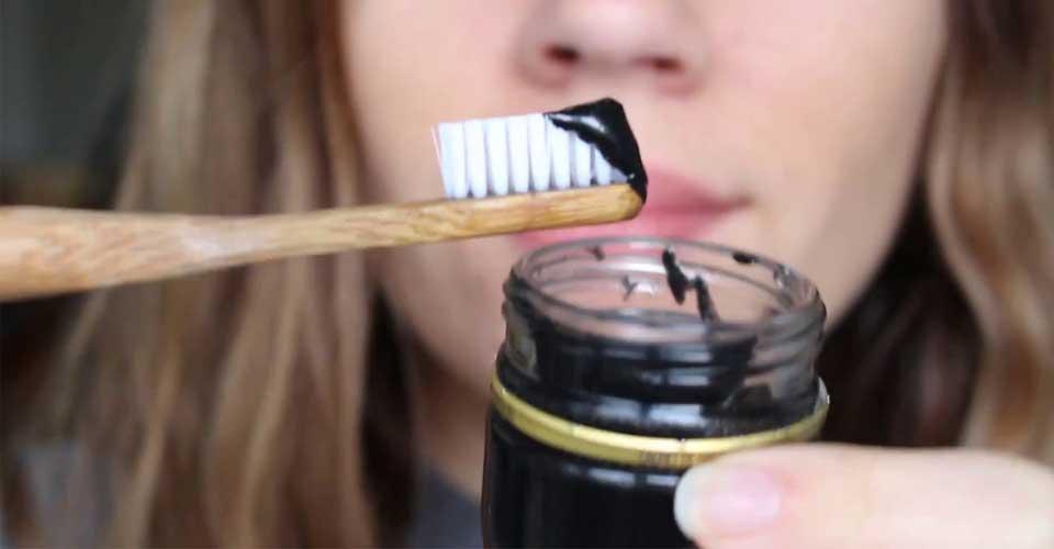 Husmorsknepet: Borsta tänderna med aktivt kol för att bleka tänderna