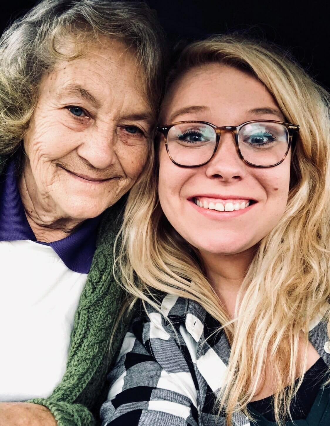 Kvinna frågar pojke varför han besöker farmor 5 gånger om dagen: Svaret kommer hon aldrig att glömma