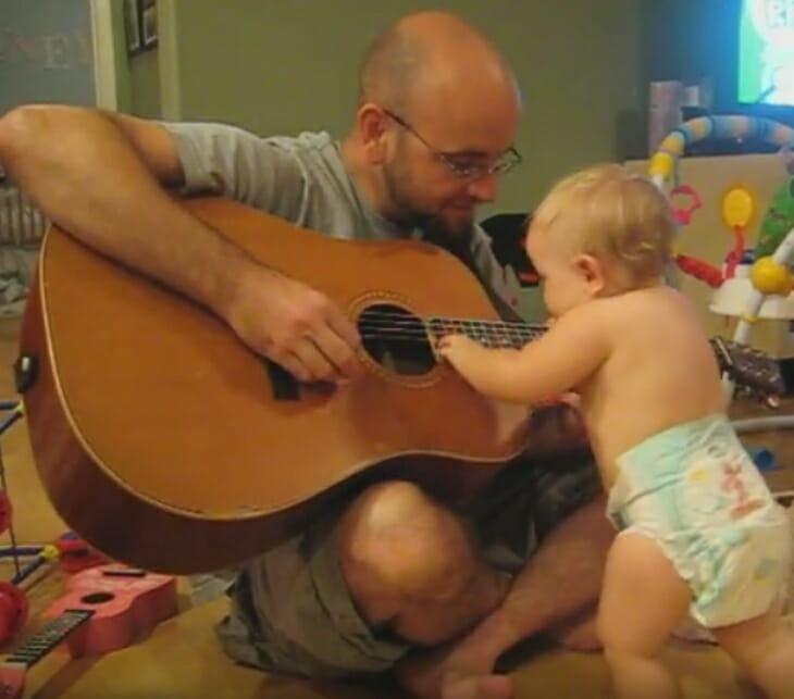 Bebis spelar gitarr