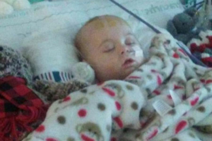 Mamma lämnar bebis på sängen och vänder ryggen till – 1 sek senare förändras hennes liv för alltid