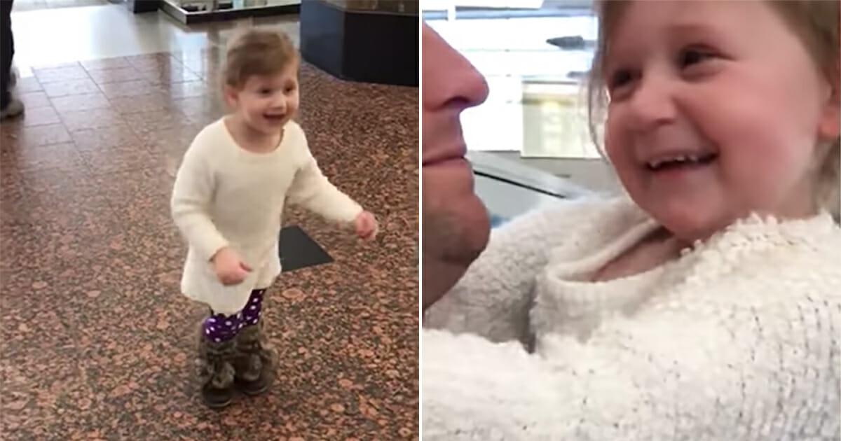Flicka med pappa på flygplats