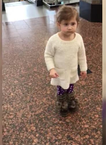 """Flickan tror att de bara ska titta på flygplan – då pekar mamman mot korridoren och säger """"Kolla där!"""""""