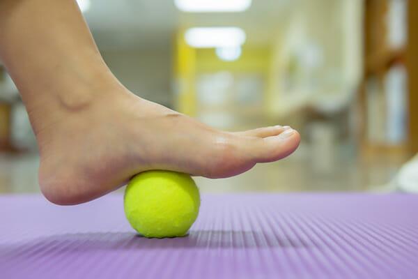 övning, fötter, smärta, tennisboll