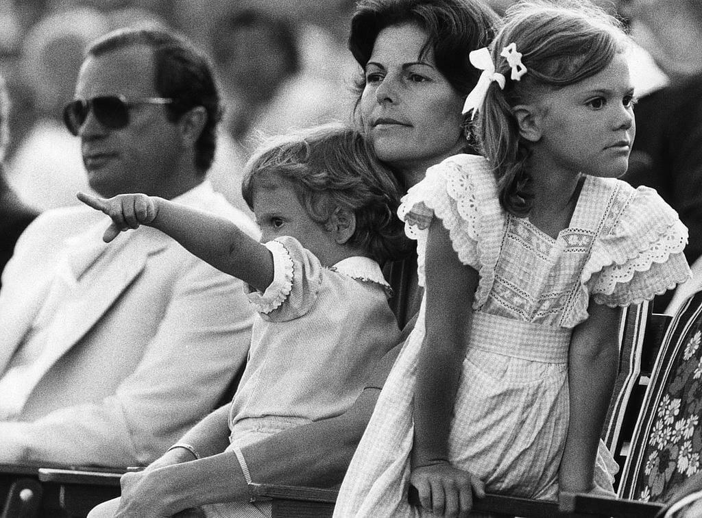 Kronprinsessan Victoria i förgrunden vid firandet av hennes sexårsdag i Borgholm på Öland. Kung Carl Gustaf till vänster och drottning Silvia har prins Carl Philip i famnen. Foto: Rolf Hamilton / TT