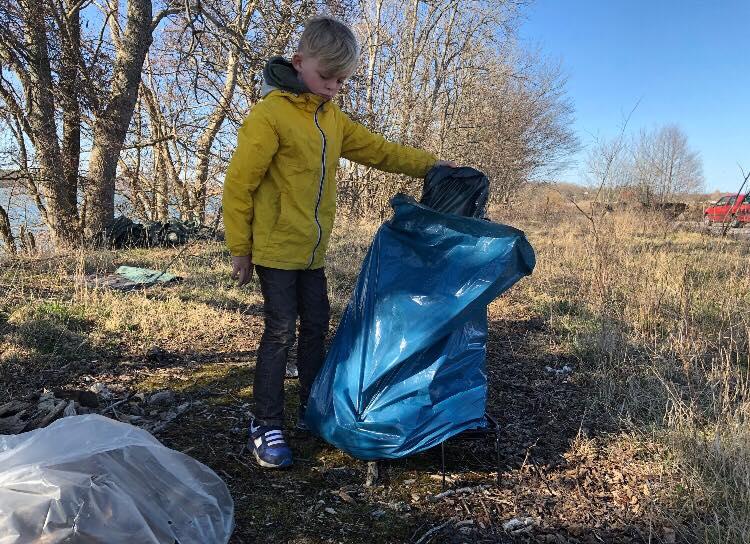 Cornelis, 8, plockar skräp för miljön