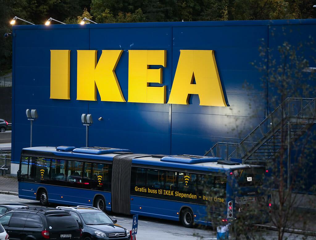 Ikea ändrar sin klassiska blåa kasse – för att hylla Pride med regnbågsfärger