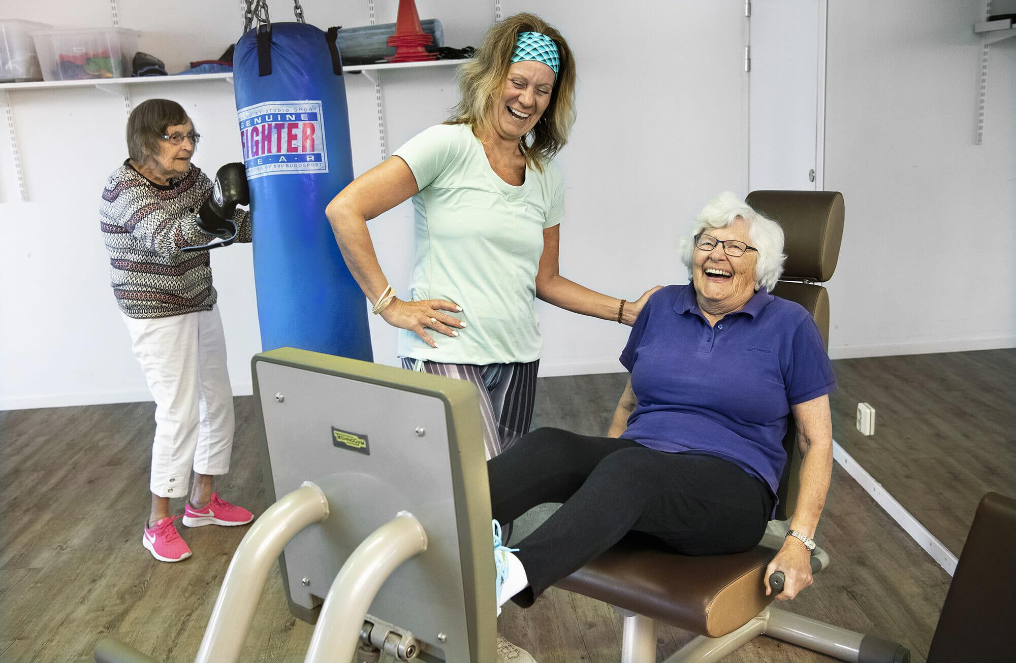 Monica Elsinga frÂn Body Joy tillsammans med 90-plusarna Kerstin Hellgren och Birgitta Wetterdal.