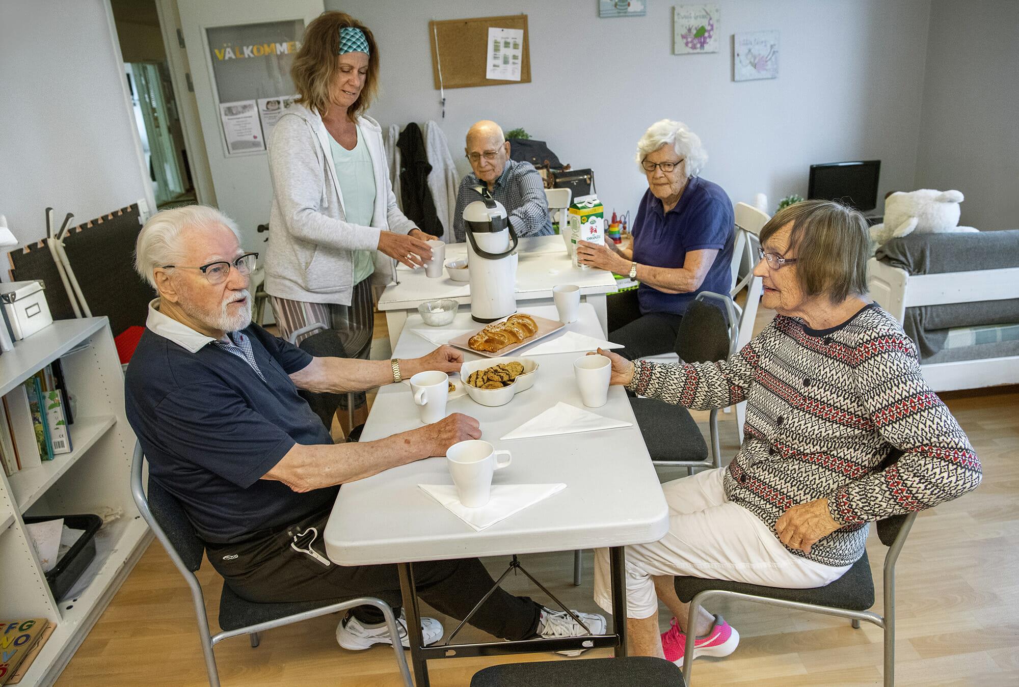 Monica Elsinga fikar med Stig Lundahl, Rurik Kamb, Birgitta Wetterdal och Kerstin Hellgren efter 90-plus gruppens träning på Body Joy.