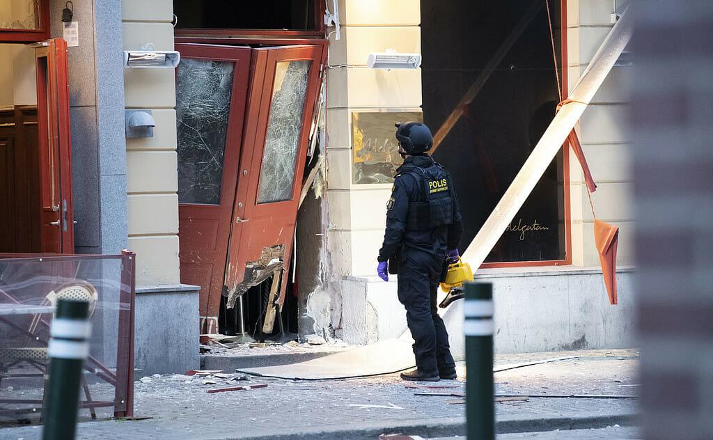 MALMÖ 2019-06-11 Bombteknikerna undersöker skadorna efter en explosion utanför en nattklubb på Adelgatan i centrala Malmö tidigt på tisdagsmorgonen. Foto: Johan Nilsson / TT
