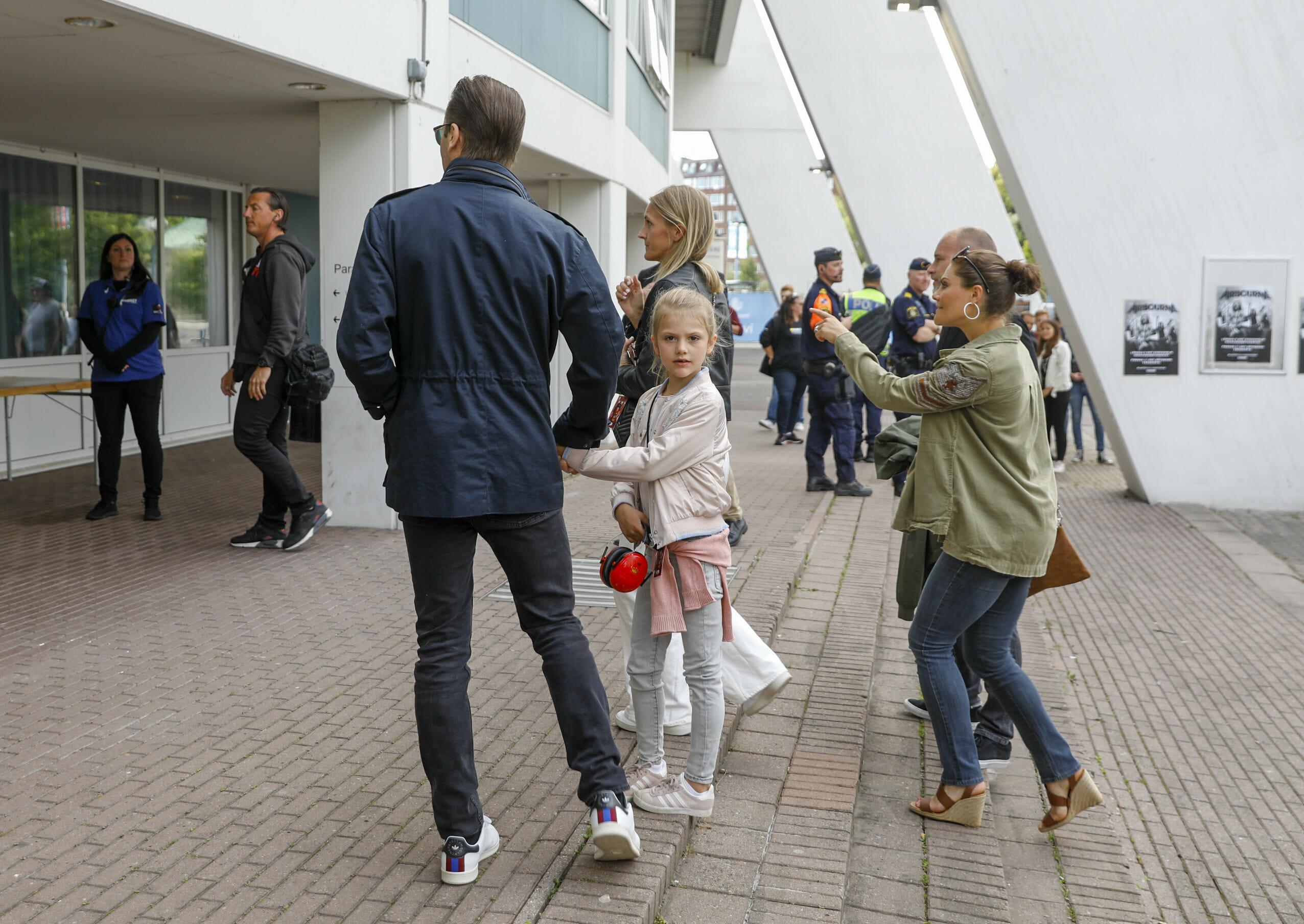 GÖTEBORG 20190709 Prins Daniel, prinsessan Estelle och kronprinsessan Victoria anländer till Metallicas konsert på Ullevi.