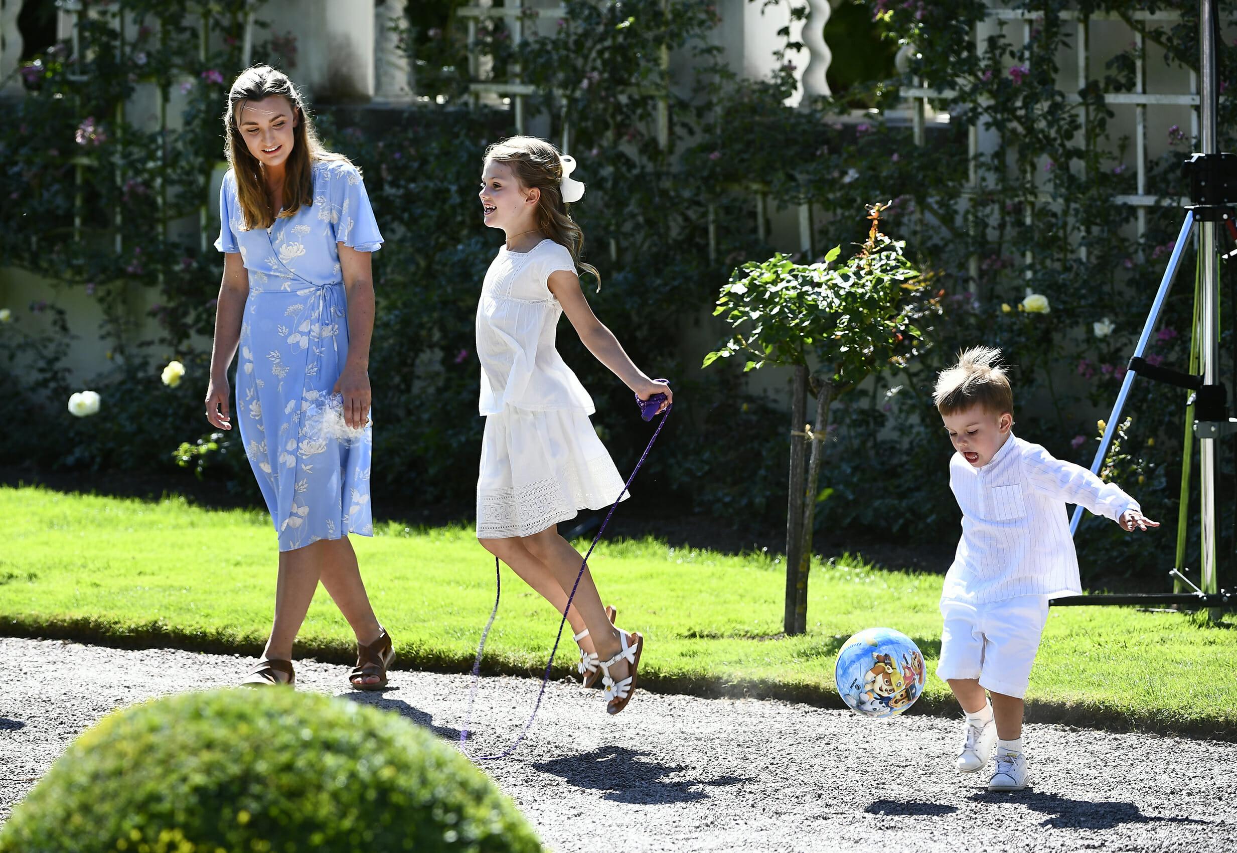 SOLLIDEN 2019-07-14 Prinsessan Estelle, prins Oscar och barnflickan Elvira i samband med födelsedagsfirandet av kronprinsessan vid Sollidens slott på söndagen.