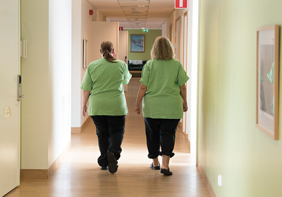 Två undersköterskor på ett äldreboende. Foto: Fredrik Sandberg / TT