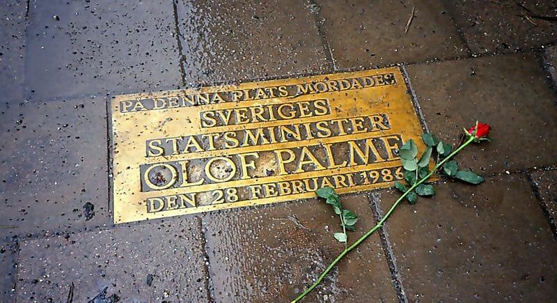 På denna plats mördades statsminister Olof Palme 28 februari 1986 – i korsningen Sveavägen-Tunnelgatan i Stockholm.