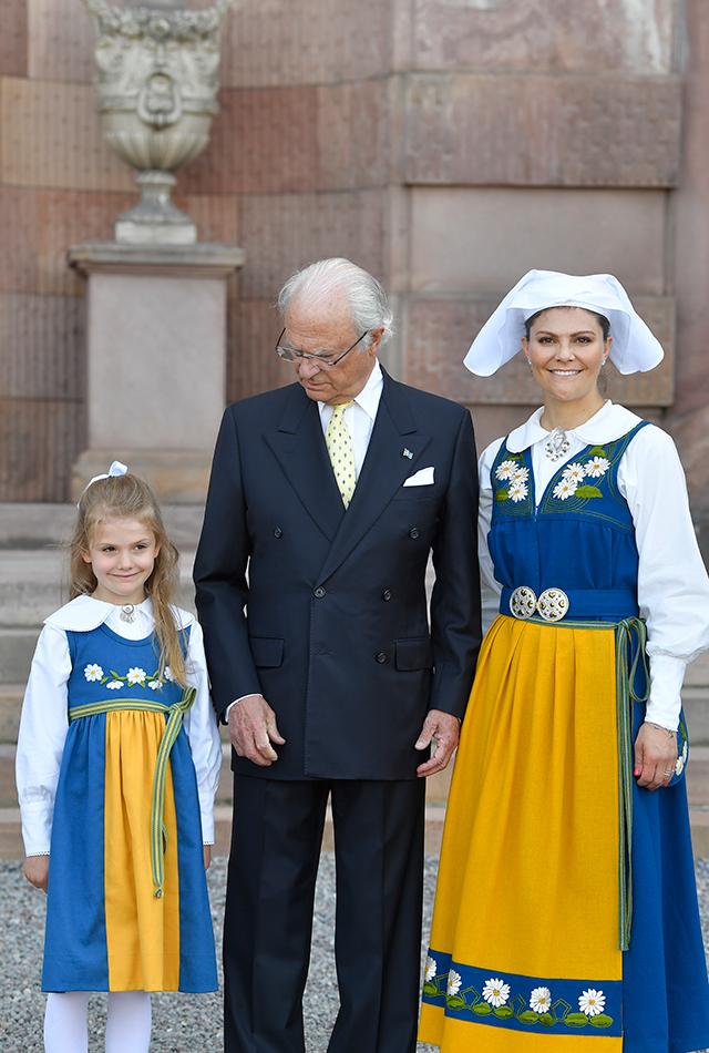 STOCKHOLM 2019-06-06 Prinsessan Estelle, kung Carl XVI Gustaf och kronprinsessan Victoria poserar på Logården, Stockholm slott i samband med nationaldagsfirandet. Foto: Karin Törnblom / TT