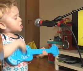 Chłopak szaleje przy mikrofonie