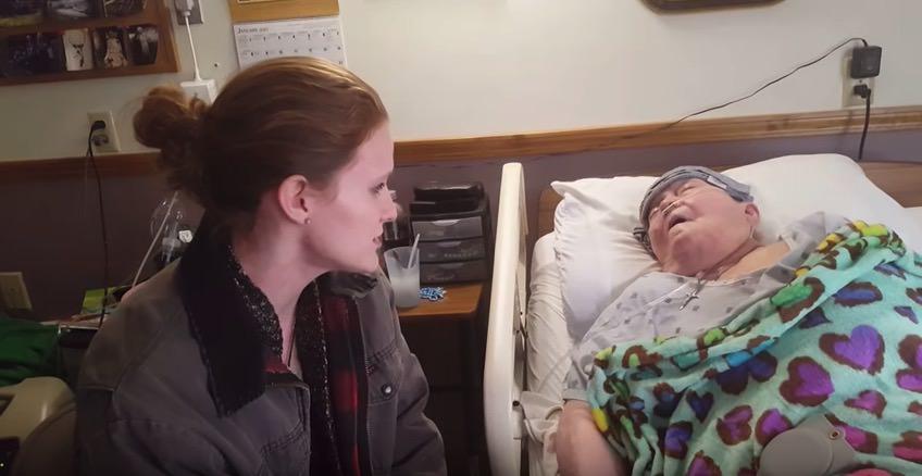 Pielęgniarka przy łóżku pacjentki