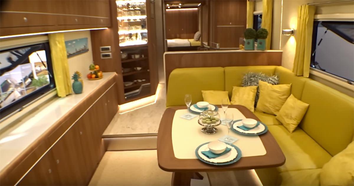 Na zdjęciu znajduje się wnętrze busa - na pierwszym planie widać stół i rogówkę