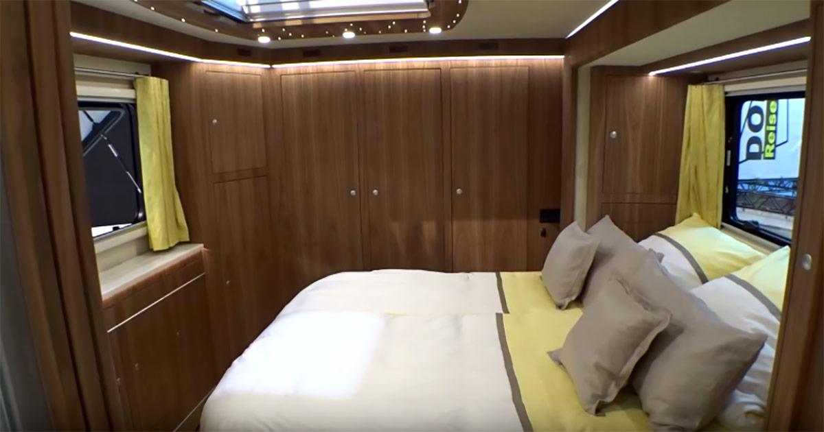 Na zdjęciu widać znajdującą się w busie sypialnię
