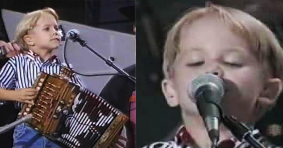 Materiał graficzny zawiera dwa zdjęcia Huntera Hayesa śpiewającego i grającego podczas występu