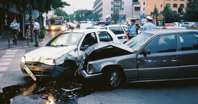 Zdjęcie przedstawia dwa, zderzone ze sobą samochody