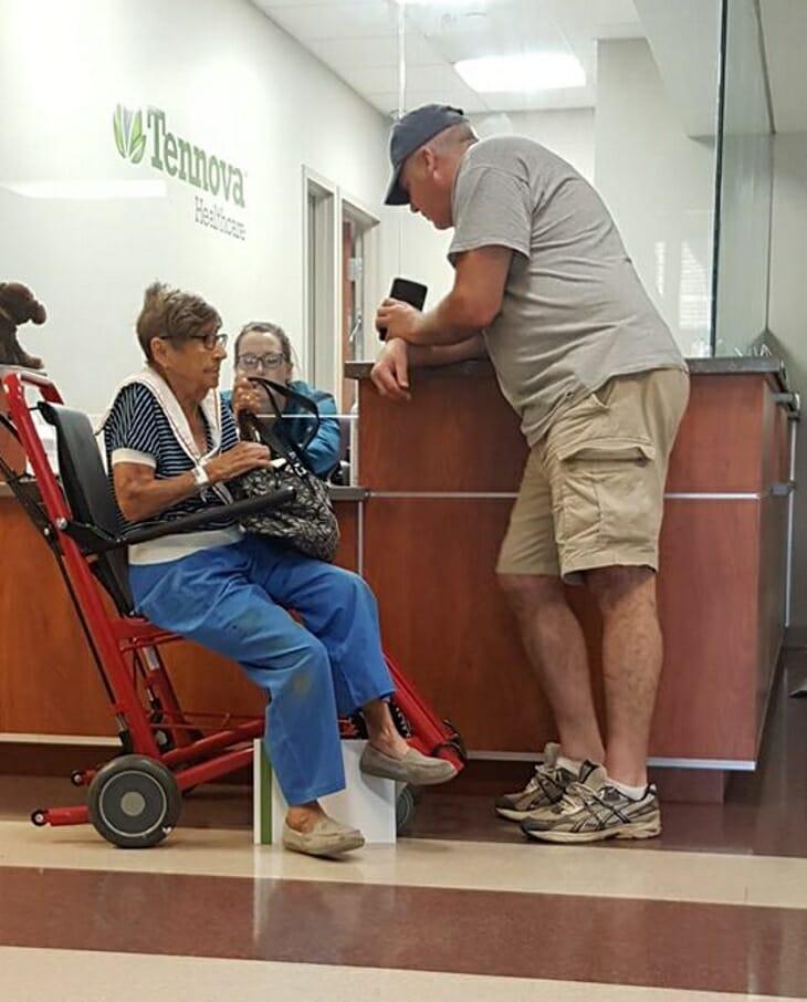 Na zdjęciu znajduje się staruszka odwieziona do domu i mężczyzna, który ją podwiózł