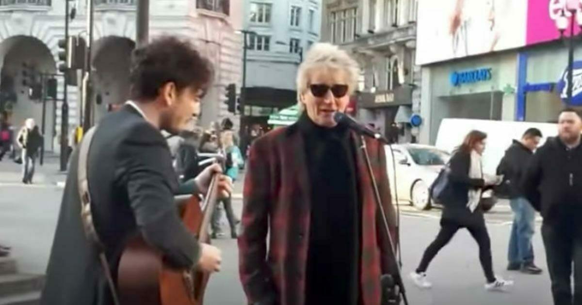 Gwiazda muzyki przejmuje mikrofon od ulicznego artysty