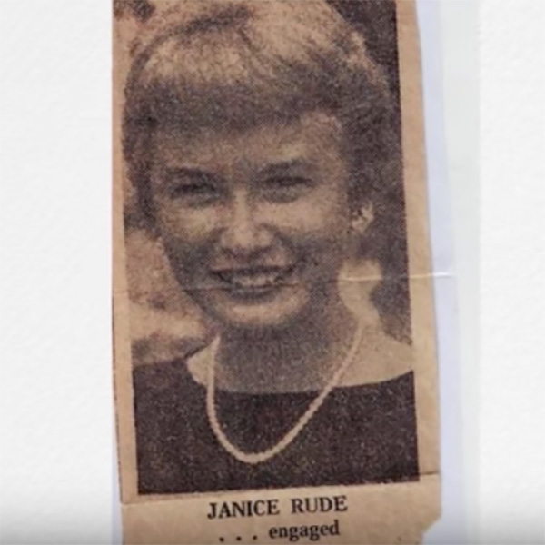 Zdjęcie przedstawia skrawek gazety z lat 60., informujący o zaręczynach Janice i Prentissa