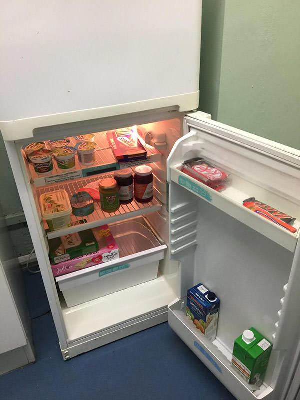 Zdjęcie przedstawia czysta, pełną lodówkę