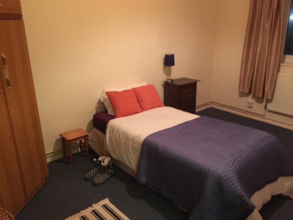 Zdjęcie przedstawia odnowioną sypialnię, a w niej nowe łóżko