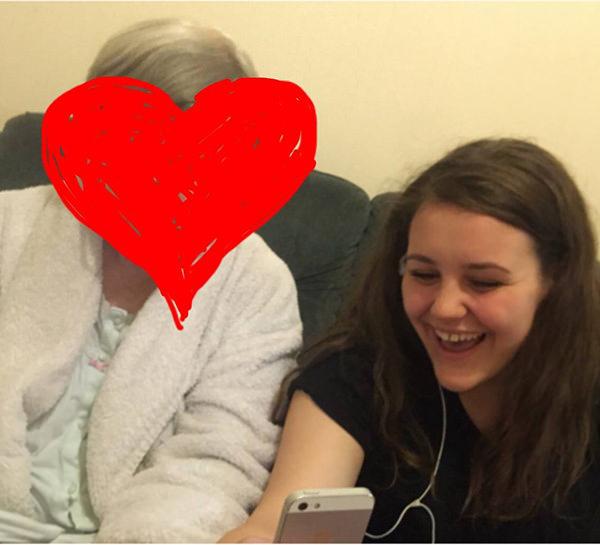Zdjęcie przedstawia dziewczynę siedzącą na kanapie wraz ze Starszą Panią