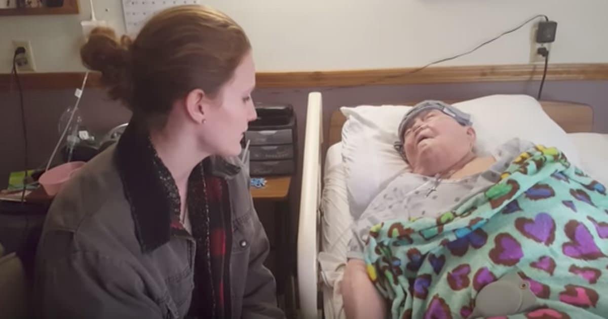 Pielęgniarka śpiewa pacjentce