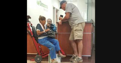 Zdjęcie przedstawia starszą panią na wózku i mężczyznę, który zaproponował jej podwiezienie do domu