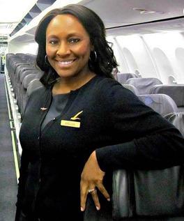 Zdjęcie przedstawia Shelię Frederick na pokładzie samolotu