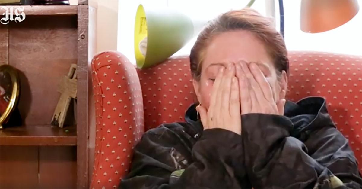 Zdjęcie przedstawia Theresę, która rozpłakała się podczas opowiadania swojej historii