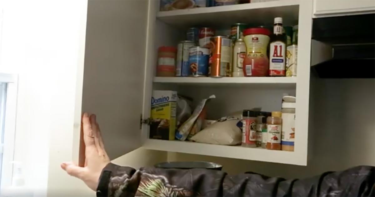 Zdjęcie przedstawia szafkę pełną jedzenia