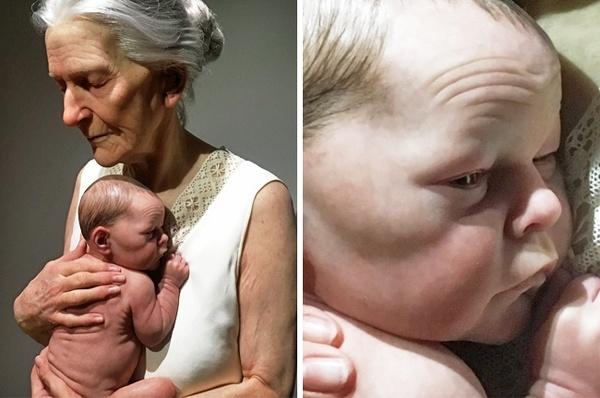 Zdjęcie przedstawia hiperrealistyczną rzeźbę babci z wnuczkiem