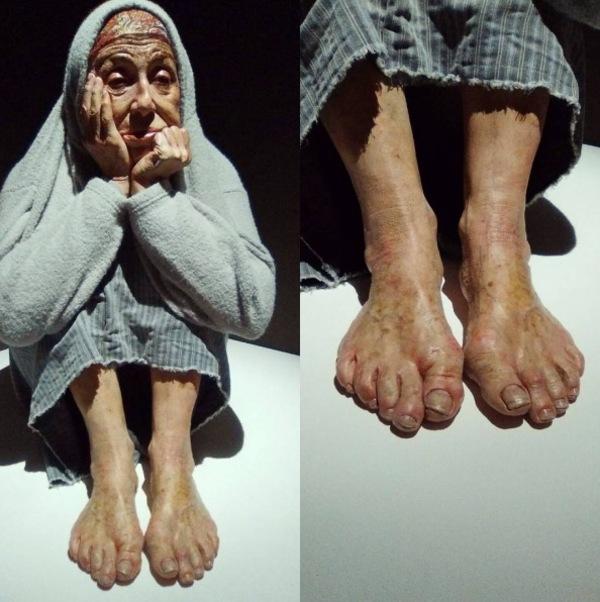 Zdjęcie przedstawia hiperrealistyczną rzeźbę starszej kobiety